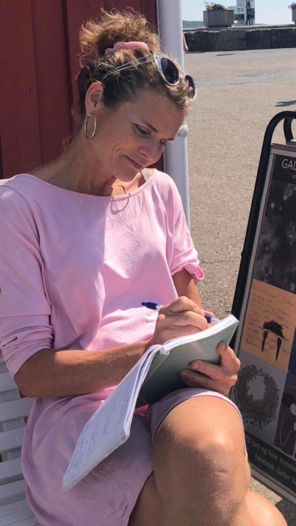 Kladdeboka til Marte er alltid med og klar for teksthjelp
