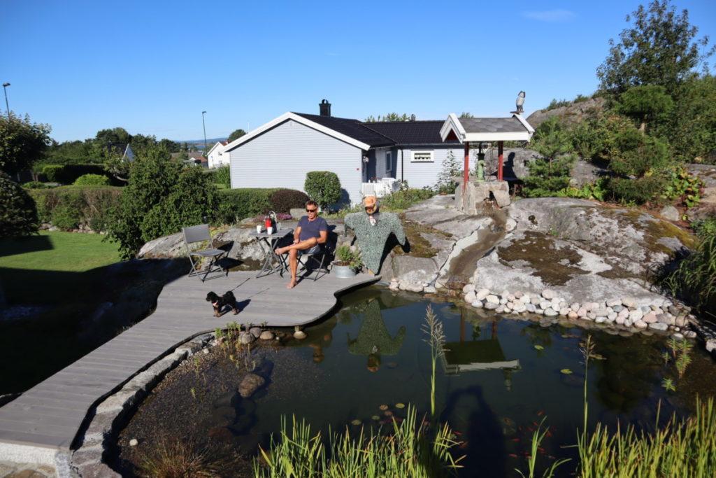 På sin egen platting ved fiskedammen i hagen er det de fleste gode ideene kommer