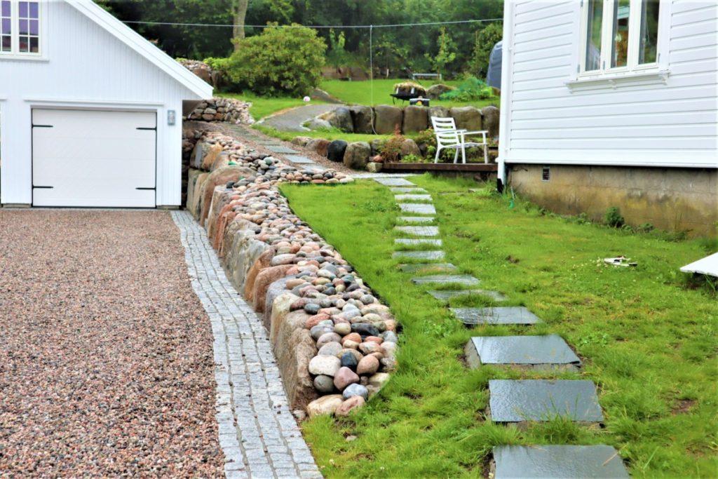 Gårdsplass med singel og brostein som er nøye utvalgt fra steinindustrien