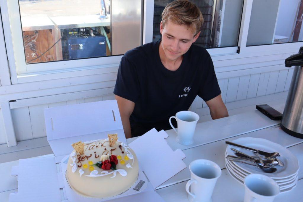 Herman gleder seg til å åpne kaka