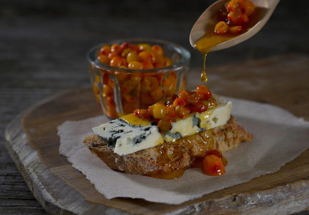 Blåmuggost med goe bær og godt brød
