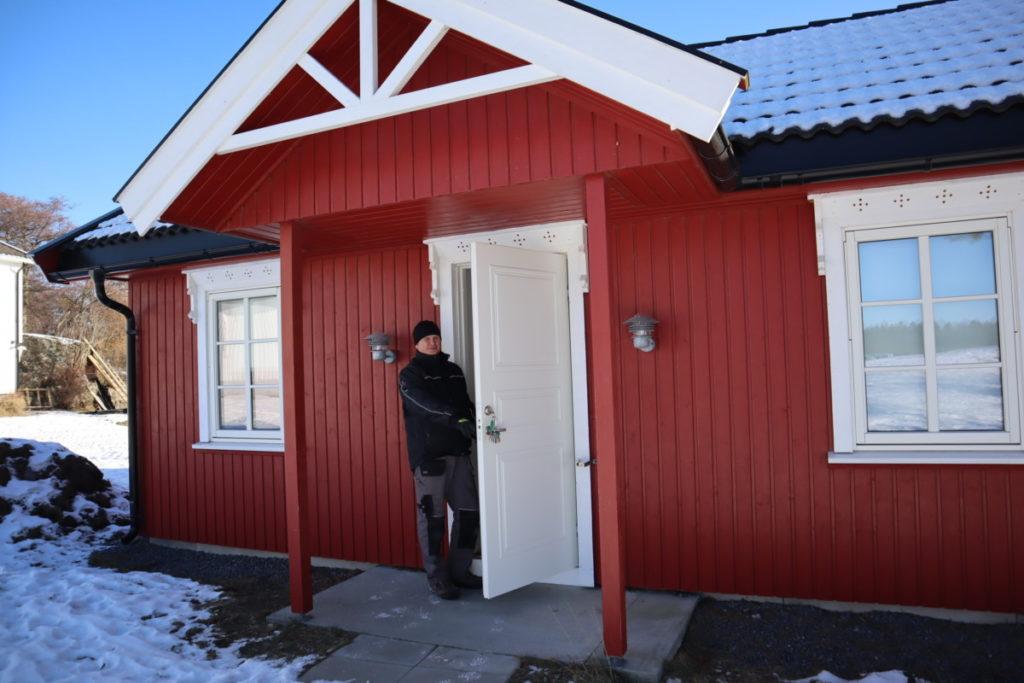 Morten Aartun eier og vertskap på Brunvall Gård viser her en ny hytte