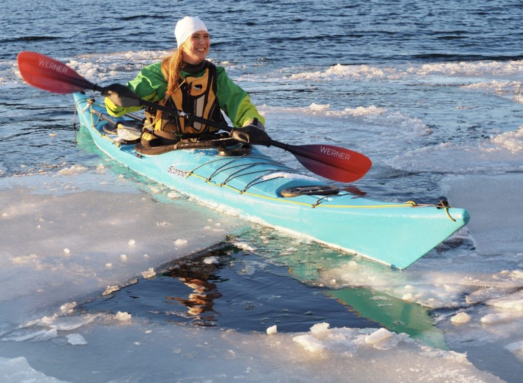 Her tar Tine padletak blandt isflak i slutten av januar i Brunlanes