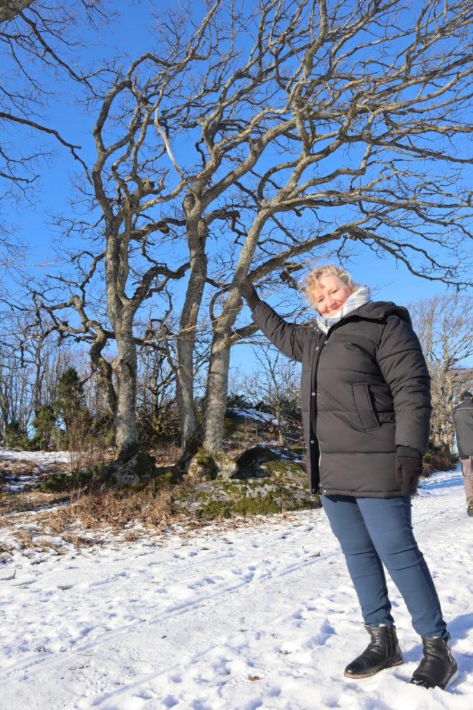 Sidsel på Brunvall Gård viser her hvor de har tenkt tretopphyttene