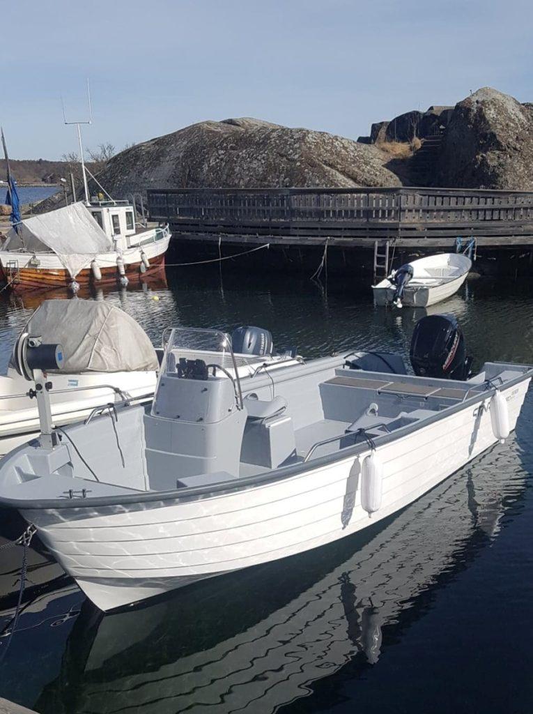 Her i denne båten nyter jeg Livet