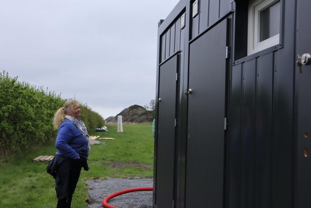 Sidsel Aartun inspiserer det nye mobile sanitæranlegget fra BNS
