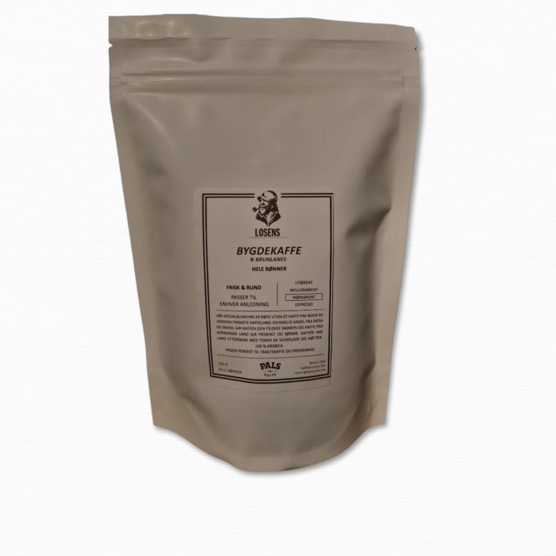 Mørkbrente kaffebønner blandet til bygdekaffe